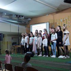 Otroci pojejo slovenske pesmi in se veselijo 2019